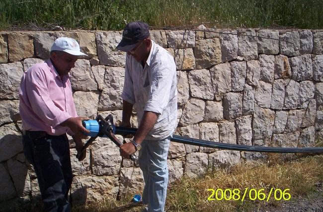 إمدادات قساطل للمياه بالتعاون مع البعثة البابوية pic1-في لبن